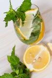 Питье с лимоном и мятой Стоковое Изображение
