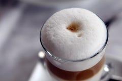 Питье чашки кофе с белой сочной пеной стоковые фотографии rf