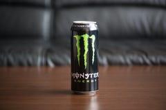 Питье энергии изверга на таблице стоковое фото