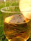 питье яблока Стоковые Фото
