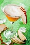 Питье Яблока стоковые изображения
