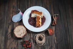 Питье ягоды Kissel поддонника с сотейником сыра и специи на древесине стоковое фото rf