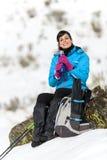 Питье hiker женщины отдыхая Стоковые Изображения