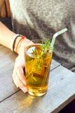 Питье Kombucha девушки женщины Стоковые Фотографии RF