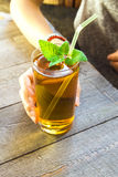 Питье Kombucha девушки женщины Стоковое фото RF