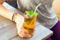 Питье Kombucha девушки женщины Стоковое Изображение RF