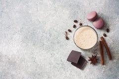 Питье, Macaroons, Cinnamone, шоколад и кофе шоколадного молока Стоковое Фото