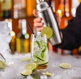 Питье Mojito на счетчике бара Стоковое Изображение