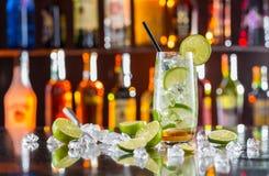 Питье Mojito на счетчике бара Стоковая Фотография RF