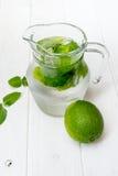 Питье Mojito с льдом, мятой и известкой Стоковое Изображение RF