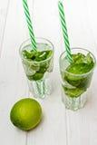 Питье Mojito с льдом, мятой и известкой Стоковые Фото