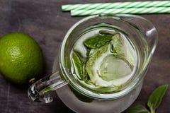 Питье Mojito с льдом, мятой и известкой Стоковые Изображения RF