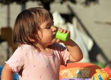 питье s ребенка Стоковая Фотография