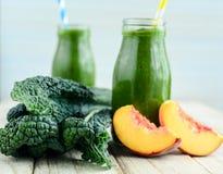 Питье smoothie листовой капусты и абрикоса холодное на горячий летний день Стоковое фото RF