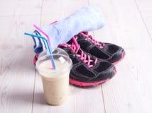 Питье Smoothie с equiment спорта стоковое изображение rf