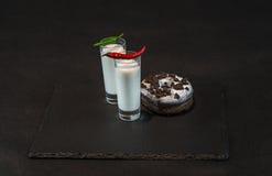2 питья кокоса белизны украшенного с 2 красным и зеленым перцем Стоковая Фотография