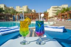 2 питья коктеиля тропическим бассейном Стоковое Изображение RF