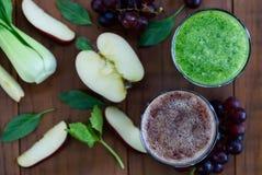 2 питья, красный и зеленый на деревянном партере Стоковая Фотография