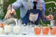 Пить бармена лить на партии стоковое изображение