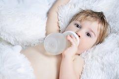 пить бутылки младенца Стоковая Фотография