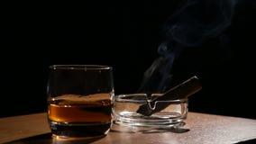 Пить вискиа с куря сигарами сток-видео