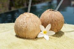 Пить воды кокоса Poolside Стоковые Фотографии RF