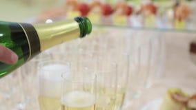 Пить и закуски на таблице шведского стола Кельнер льет шампанское видеоматериал
