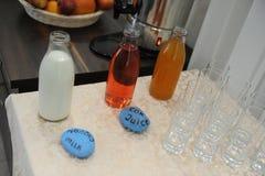 Пить и стекла на таблице Часть шведского стола утра в гостинице Стоковое Изображение RF