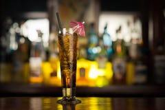 Пить коктеиля на таблице бара Стоковая Фотография RF