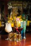 Пить коктеиля на таблице бара Стоковое фото RF