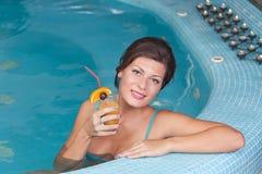 пить наслаждаясь женщиной витамина jacuzzi Стоковые Фото