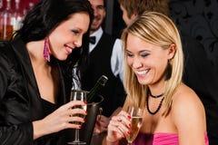 пить наслаждаясь партией девушки друзей счастливой Стоковые Изображения RF
