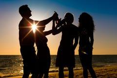 пить пляжа имея людей партии Стоковая Фотография