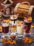 пить установили Белый шоколад, сливк, сметанообразные коктеили и обдумыванное вино Стоковые Изображения