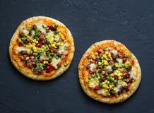 Пицца вегетарианца тако Мексиканская пицца с фасолями, мозоль, перец jalapeno, сыр на темной предпосылке, взгляд сверху моццарелл стоковые изображения