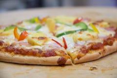 Пицца ветчины итальянская с моццареллой, сыром Стоковое Фото