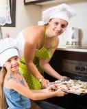 Пицца выпечки женщины и девушки дома Стоковые Фотографии RF