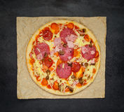 Пицца высококалорийной вредной пищи с салями и сыром стоковая фотография