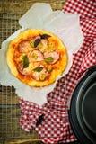 Пицца в баке глиняного кувшина Стоковые Фото
