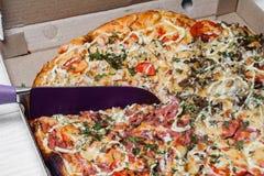 Пицца в картонной коробке закрыно Поставка пиццы Меню пиццы Нож режет пиццу стоковая фотография rf