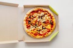 Пицца в картонной коробке на яркой предпосылке с pepperoni, Стоковая Фотография RF