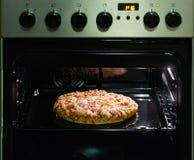 Пицца в печи Стоковые Изображения