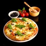 Пицца в черноте стоковые фотографии rf