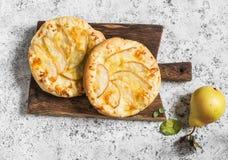 Пицца груши на деревянной разделочной доске на светлой предпосылке Стоковые Фотографии RF