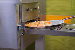 Пицца делая, итальянская пицца, приправленные ингридиенты, испекла, горячий Стоковое Фото
