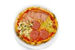 Пицца еды mozzarela салями stagioni пиццы 4 итальянская, ветчина величает оливки стоковая фотография rf