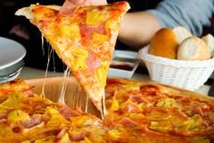 Пицца женщины выбранная рукой гаваиская стоковые изображения