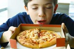 Пицца запаха мальчика Preteen красивая в коробке Стоковое Изображение