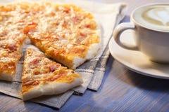 Пицца и кофе на деревянном столе, чашке капучино Стоковое фото RF