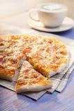 Пицца и кофе на деревянном столе, чашке капучино Стоковые Изображения